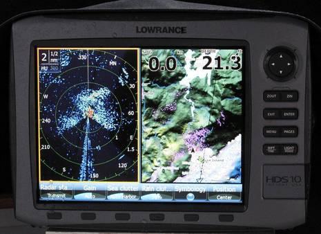 Lowrance_HDS_w_BR24_radar_in_rain_cPanbo.JPG