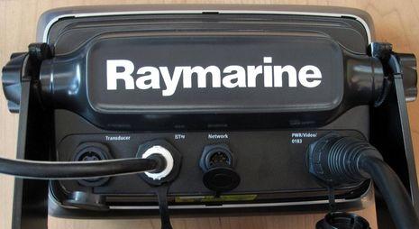 Raymarine_e7_demo_back_cPanbo.jpg