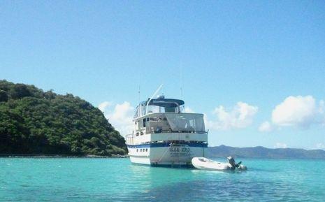 Mar_Azul_in_carib_c_Bob_Ebaugh_Panbo.jpg