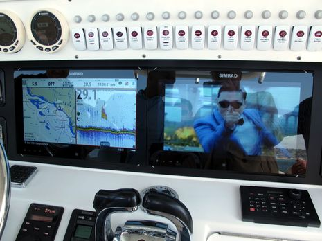 Simrad_NSO_evo2_monitors_Gangnam_style_cPanbo.jpg