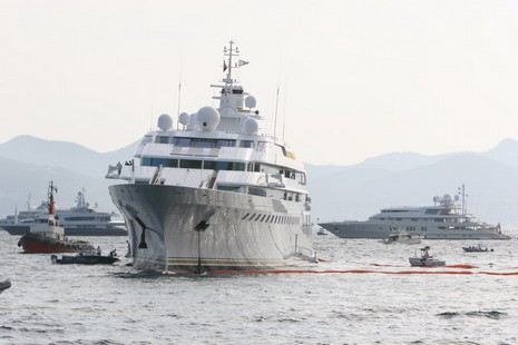 Panbo The Marine Electronics Hub Lady Moura Aground At Cannes
